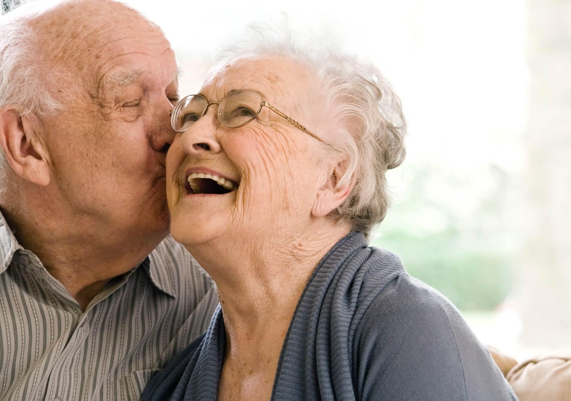 glückliches Seniorenehepaar